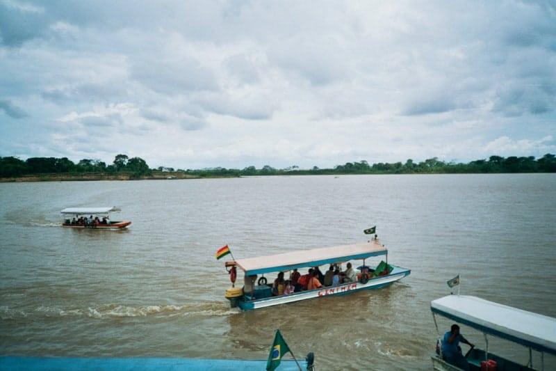 Lanchas de transporte público que cruzan el río Mamoré, uniendo las ciudades fronterizas de Guayaramerín, Bolivia y Guajaramirin, Brasil.