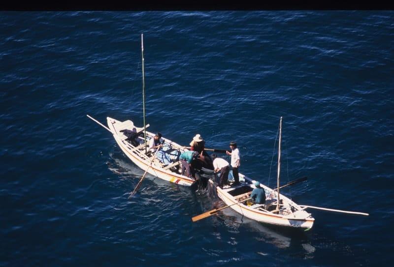 Pescadores recogiendo sus redes cerca a la isla del Sol. Foto: Tony Suarez.