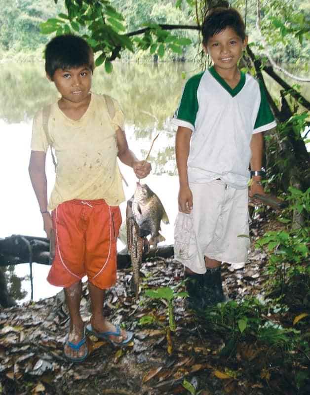 Niños que regularmente van a pescar 15 minutos antes del almuerzo en las riberas de estos ríos.
