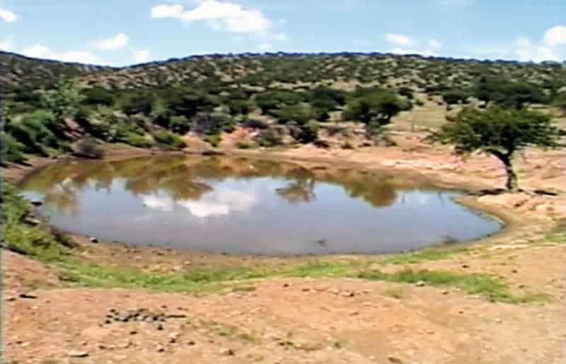 Perforación de pozas para acumular agua para el ganado.