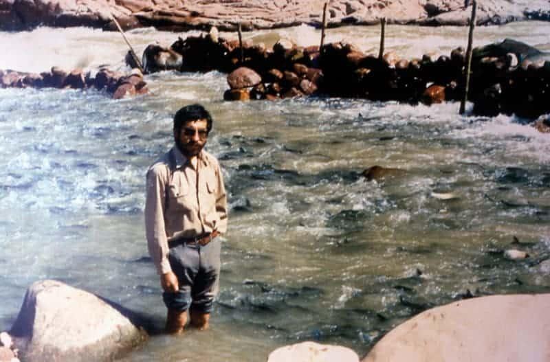 Lic. Raúl Salas. Experto en pesca y piscicultura. Trampa en el Pilcomayo. Tarija.