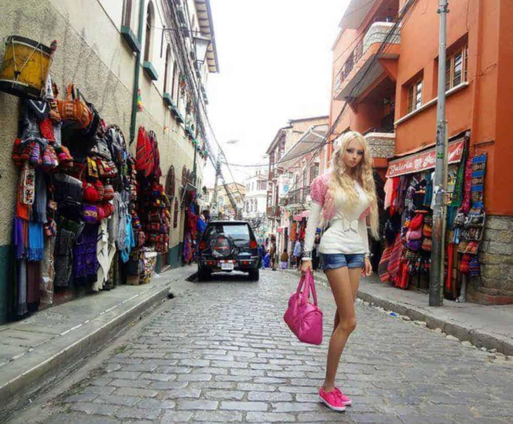 Calle Sagarnaga, uno de los lugares favoritos de los turistas para comprar todo tipo de prendas de alpacas, vicuñas y llamas; además de muchos de suveniers coloridos y exóticos.